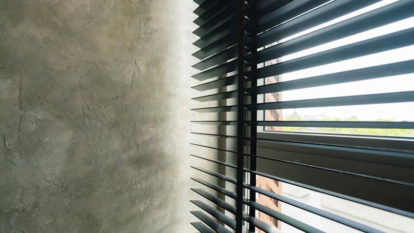 Store gris avec mur en béton